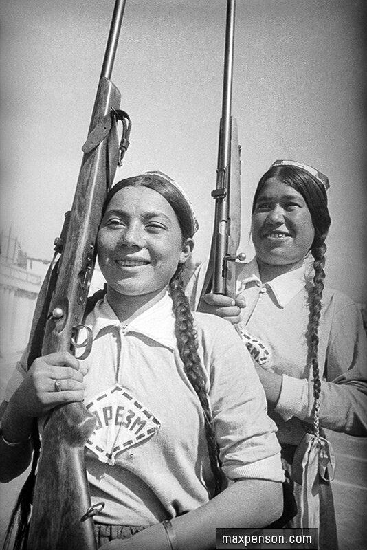 Две молодые девушки из команды Хорезма с винтовками на плеча