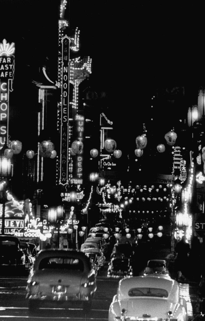 Машины едут через китайский квартал в ночное время