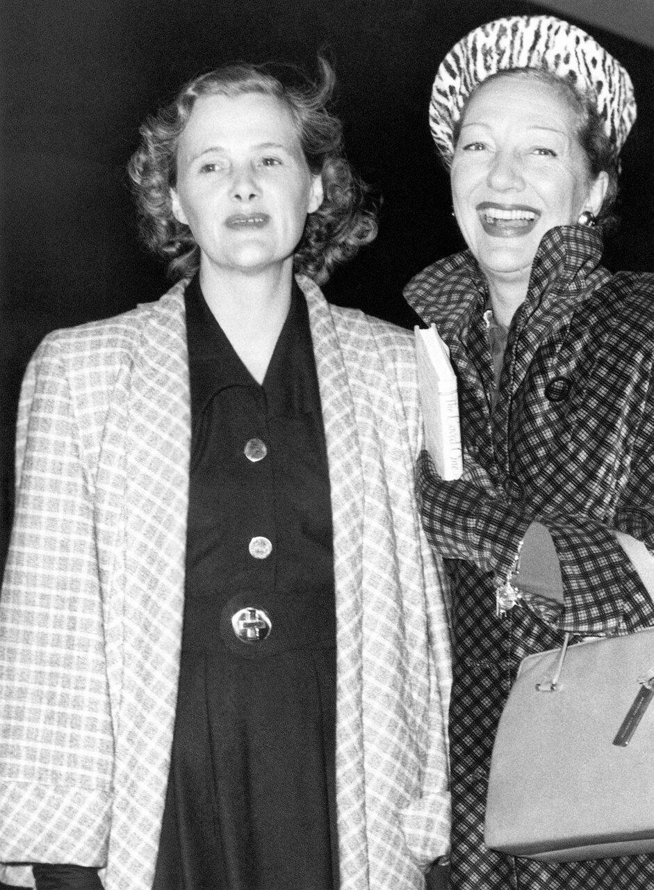 1948, 14 октября. Британская писательница  Дафна дю Морье и британская актриса Гертруда Лоуренс на вокзале Ватерлоо в Лондоне