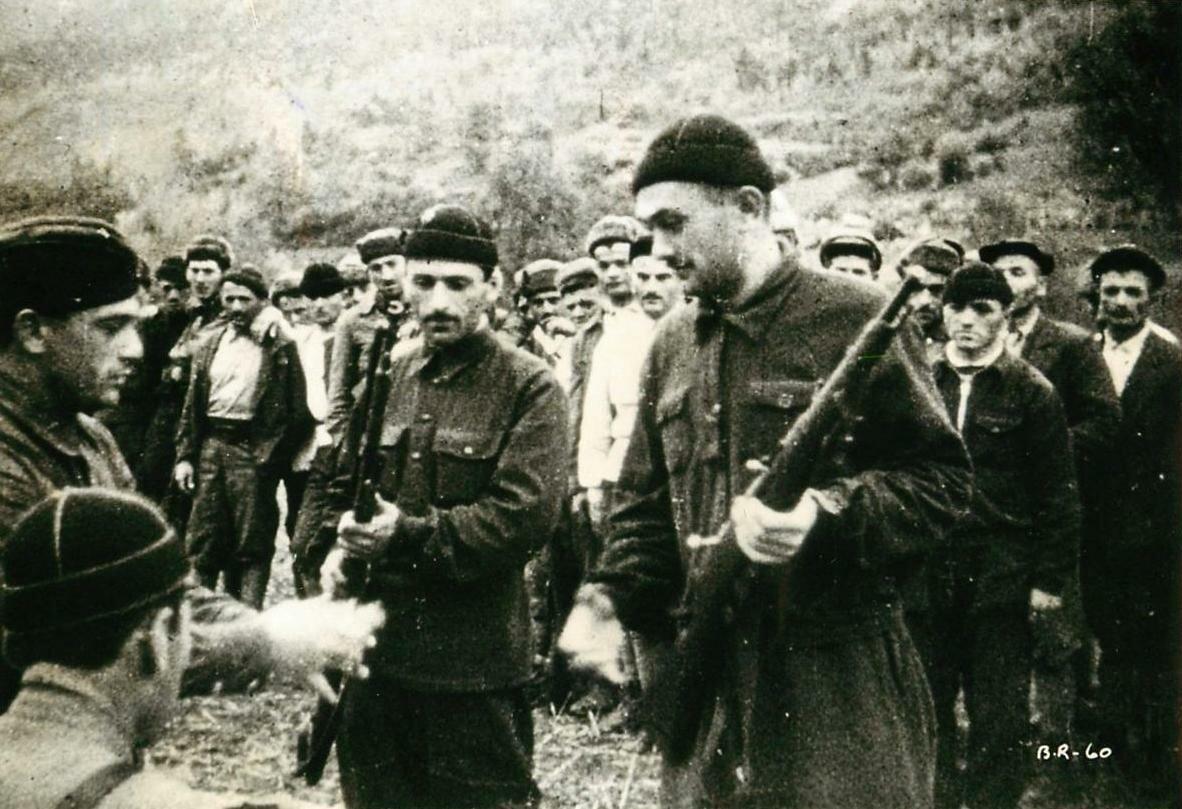Раздача патронов и винтовок в партизанском отряде