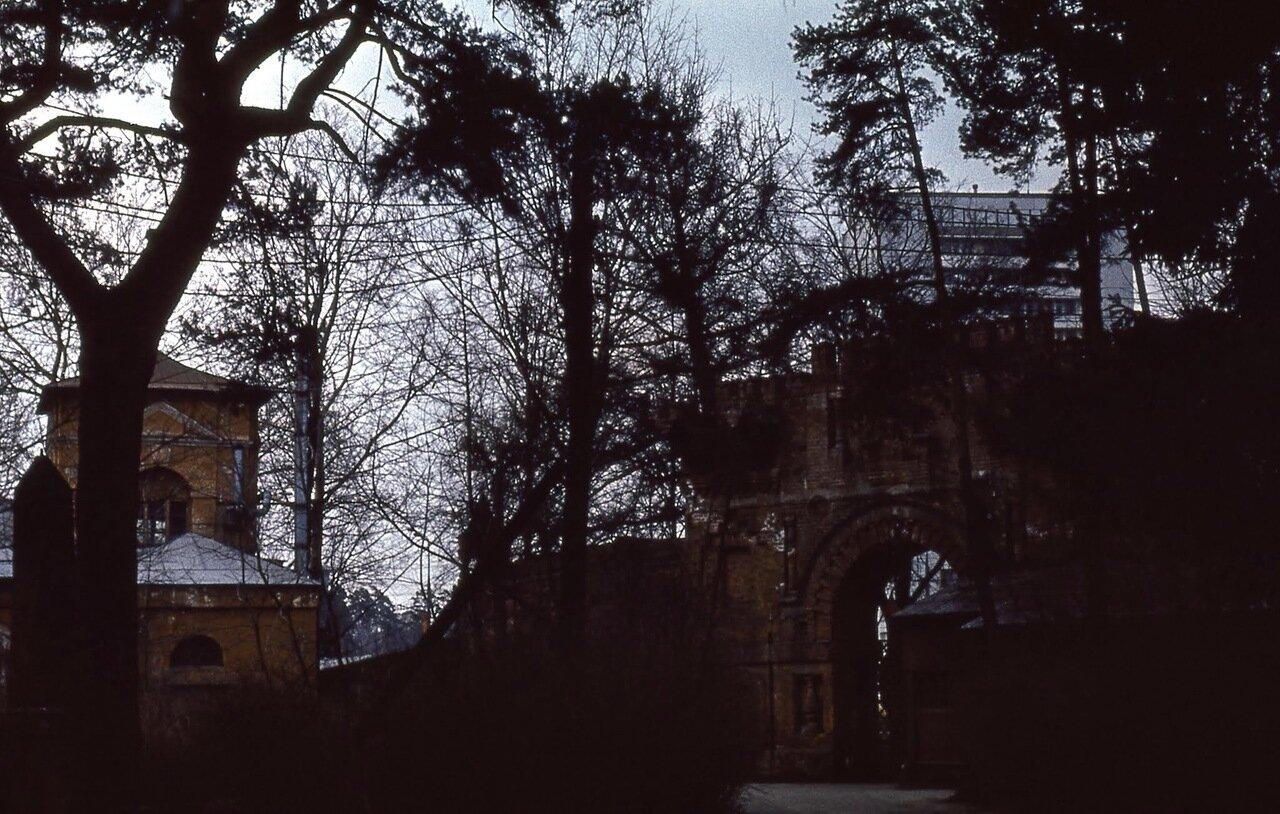 Усадьба Покровское-Стрешнево. Ворота, вид изнутри