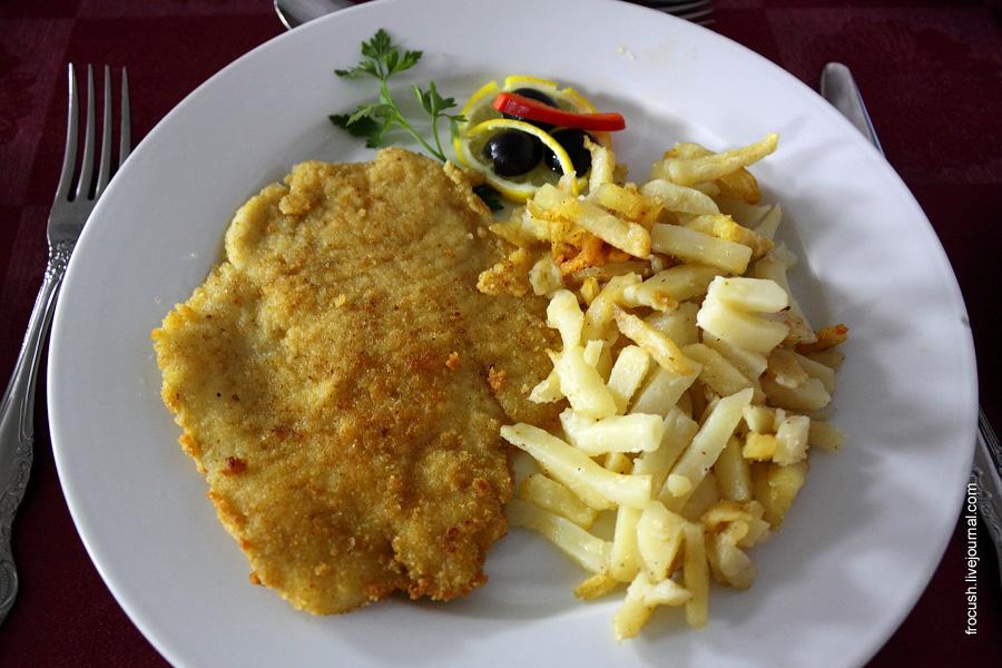 Шницель «Окский» (филе рыбы панированное в двойной панировке), овощи свежие, картофель запеченный