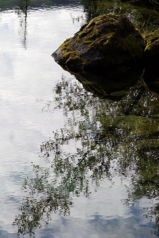 камень и отражения