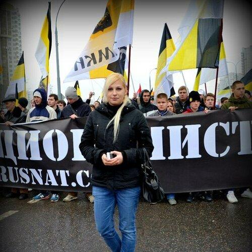 """Девушки на """"Русском марше""""."""