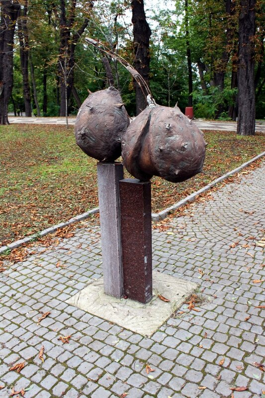 Памятник каштанам в Мариинском парке