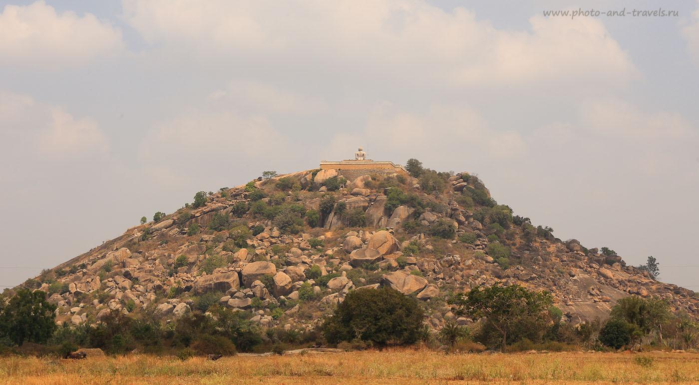 Фотография 14. Путешествия по Индии. Отзывы туристов. Вид холма Шраванабелагола с изваянием Гоматешвара в городе Шраванабелагола. Поездка по Карнатаке. 1/200, 14, 100, 70