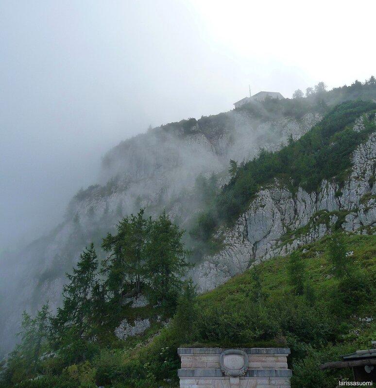 """Вид на """"Орлиное гнездо"""" с высоты 1.700 метров."""