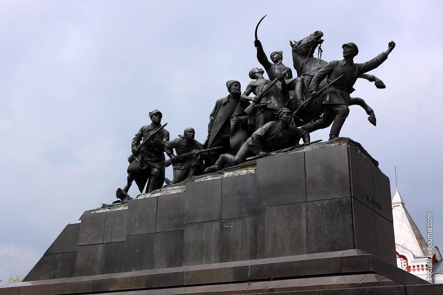 Памятник Василию Чапаеву.