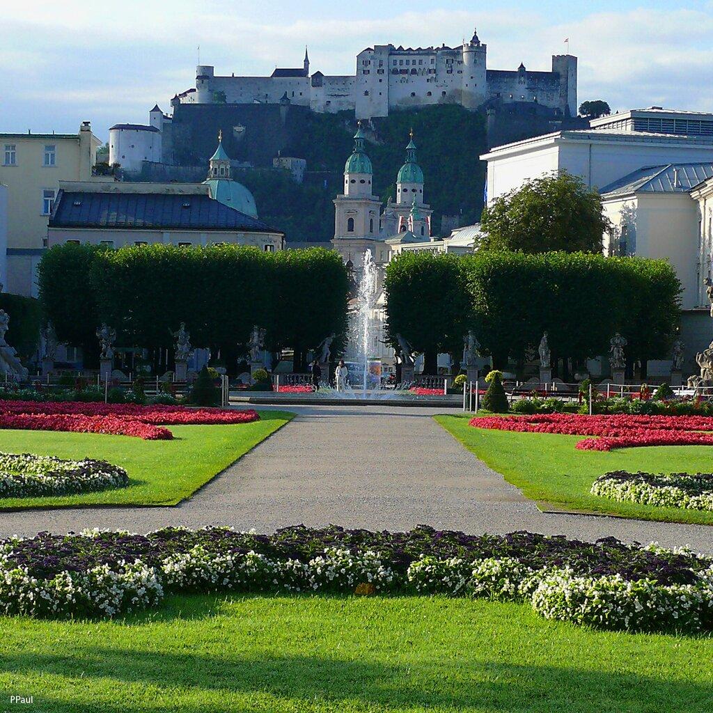 Парк Мирабель в Зальцбурге. вид на Кафедральный Собор Зальцбурга и на Крепость Хоэнзальцбург.
