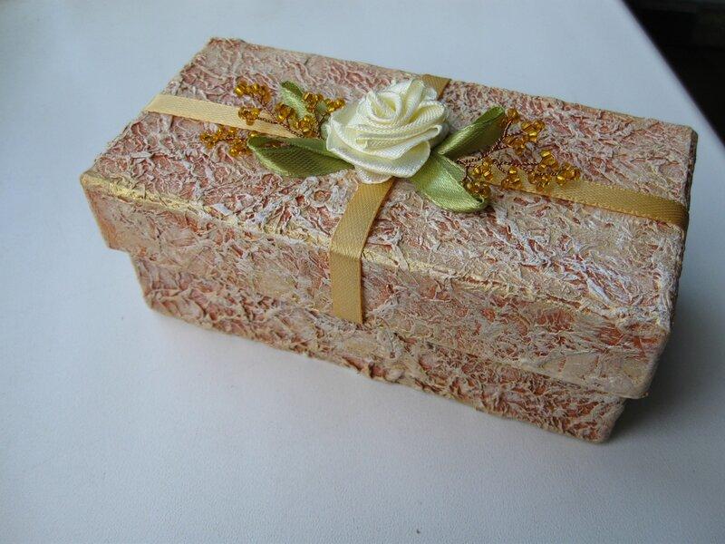 3. Декорируем дом при помощи картонных коробок.  С помощью обувных коробок можно также украсить интерьер.