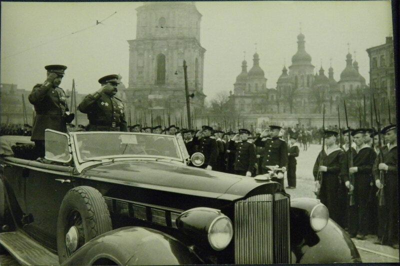 Приветствие участников парада на Софийской площади, 1 мая 1945 года.