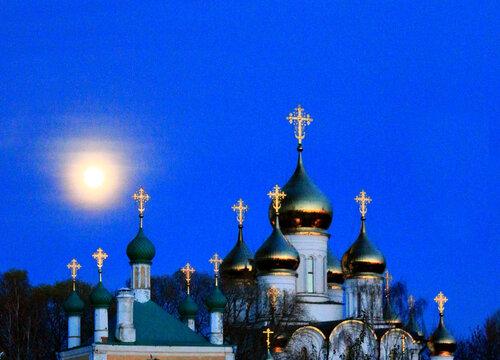 Золотые купола в лучах заката и свете восходящей луны.