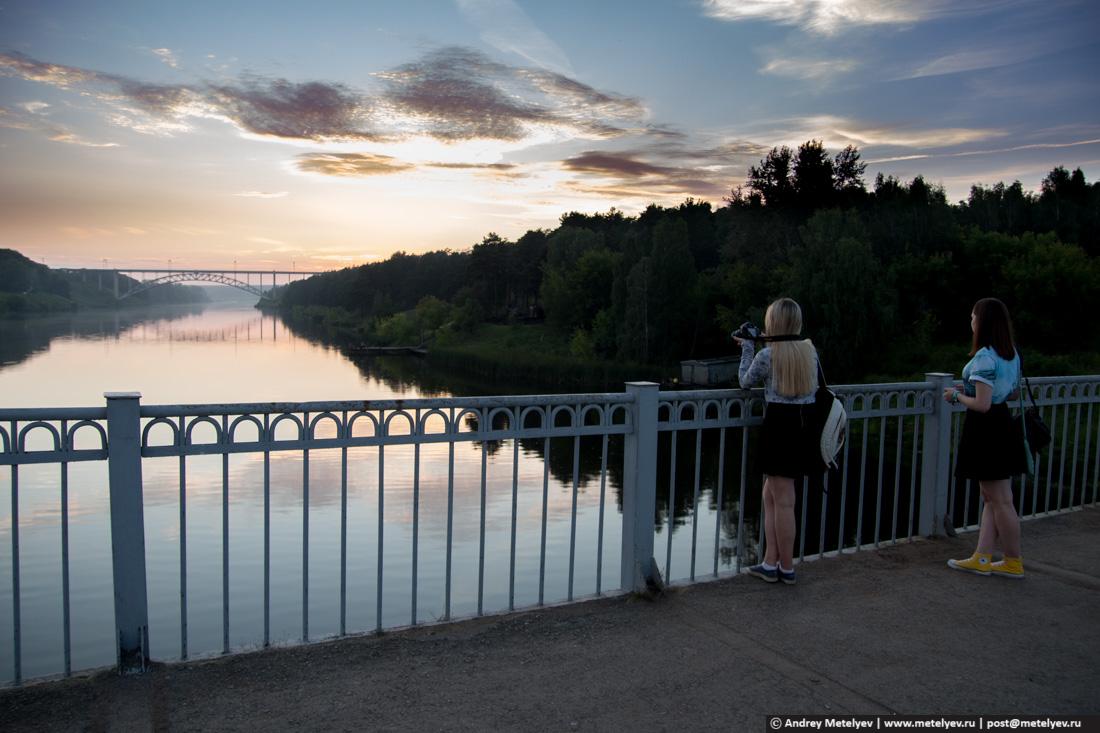 Железнодорожный мост в Каменске-Уральском во время заката.