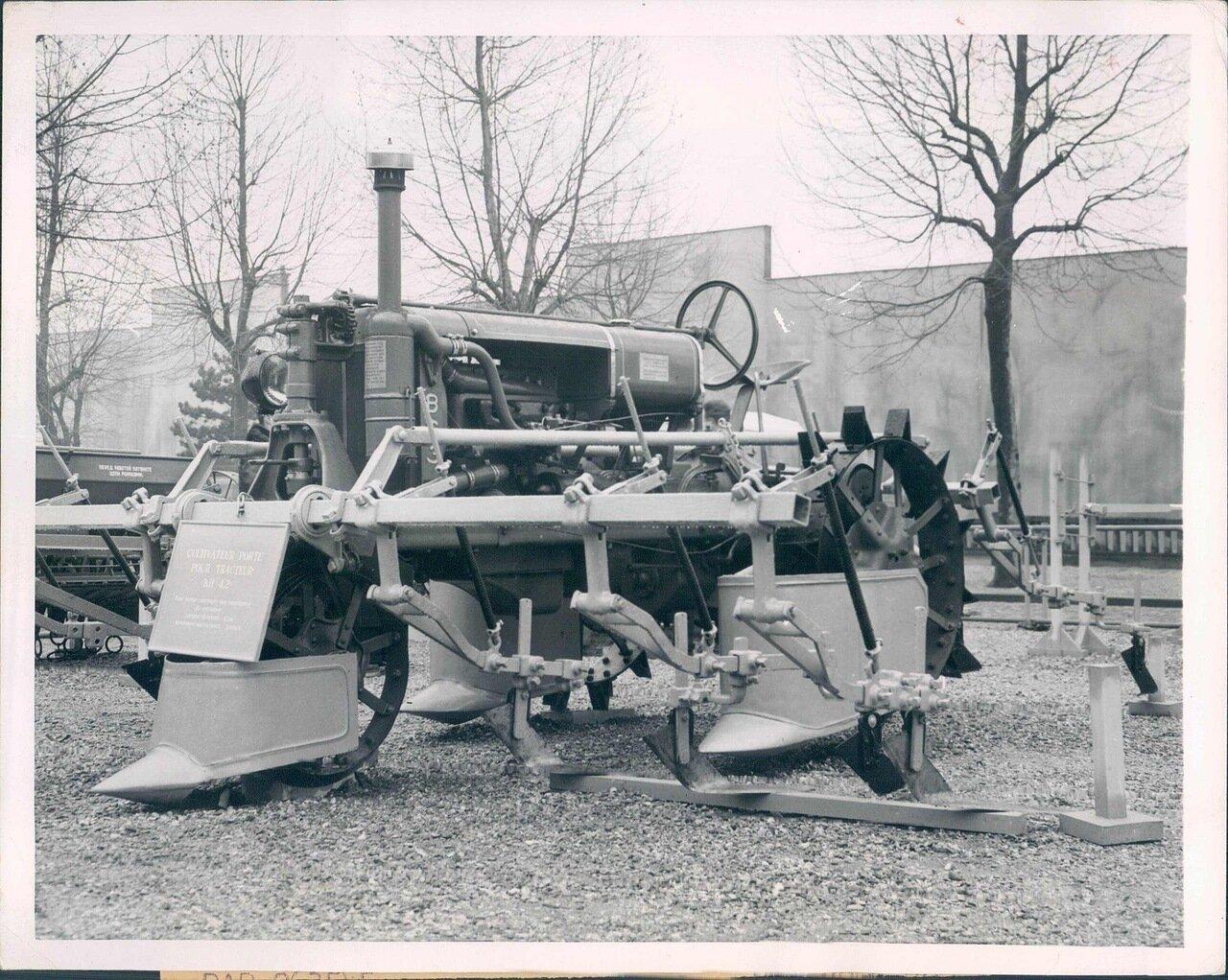 1951. На колхозной выставке. Хлопкоуборочная машина