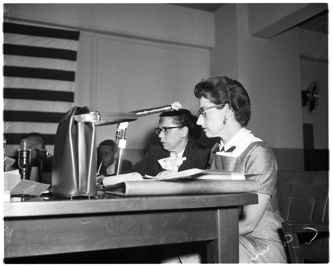 1956. 7 декабря. Комиссия по расследованию антиамериканской деятельности.  Адвокат Роза Розенберг и  Эстер Шандлер