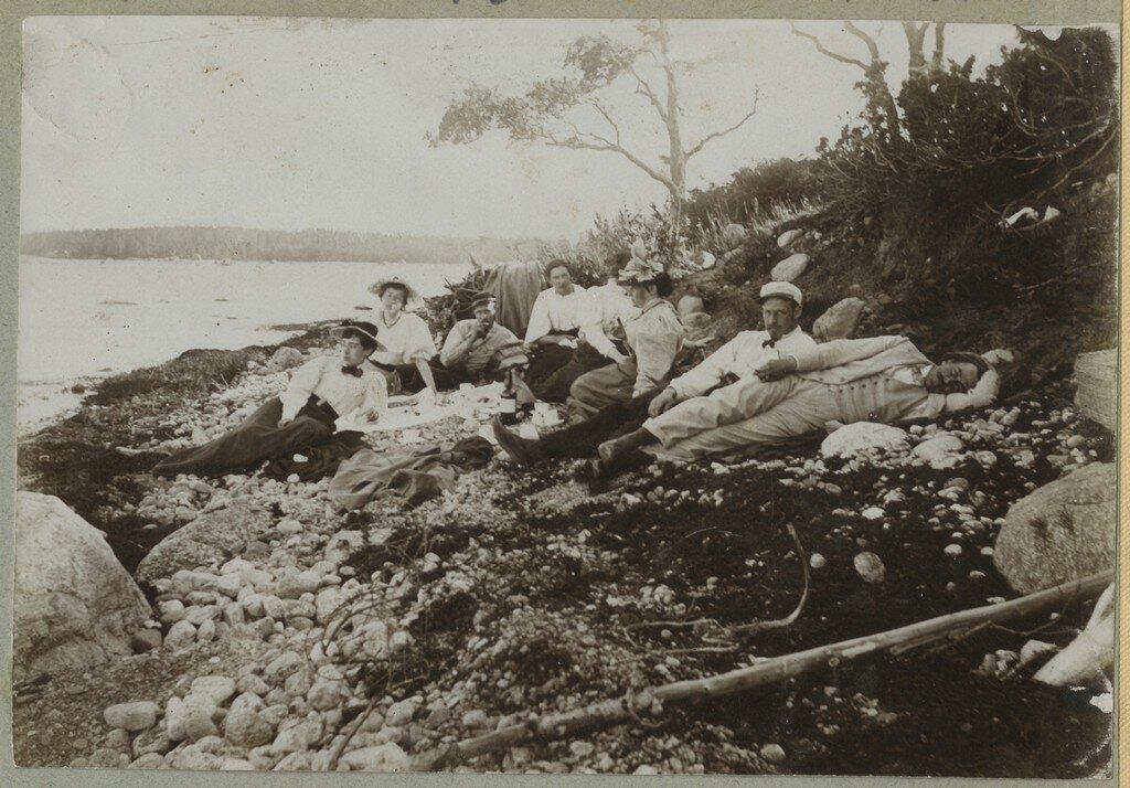 1900. Отдыхающие на пикнике на берегу