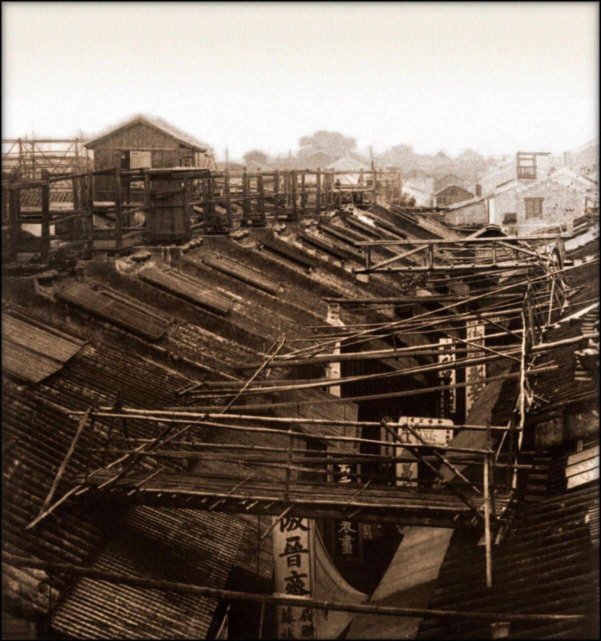 1900. Мостки на крыше, где ведет ночной дозор полиция. Кантон