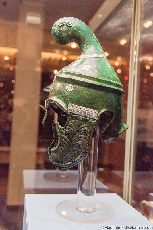Фракийский боевой шлем в профиль