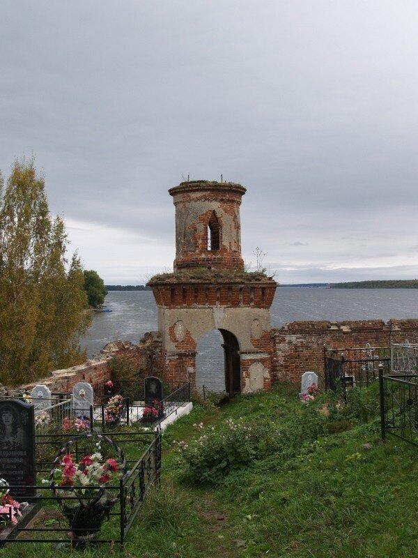 Ограда кладбища у Троицкой церкви. Через башенку можно спуститься к рекам.