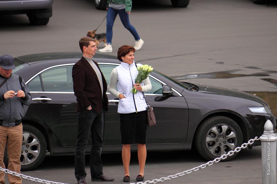 Встречающие 30 августа 2010 года теплоход «Сергей Кучкин» на причале Северного речного вокзала.
