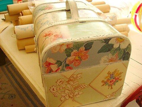 Покрываем поверхность чемодана акриловым лаком.