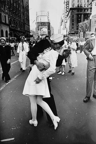 фото поцелуй на таймс сквер