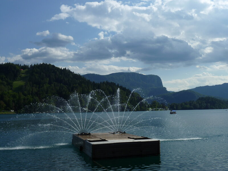 И фонтан прямо в озере:)