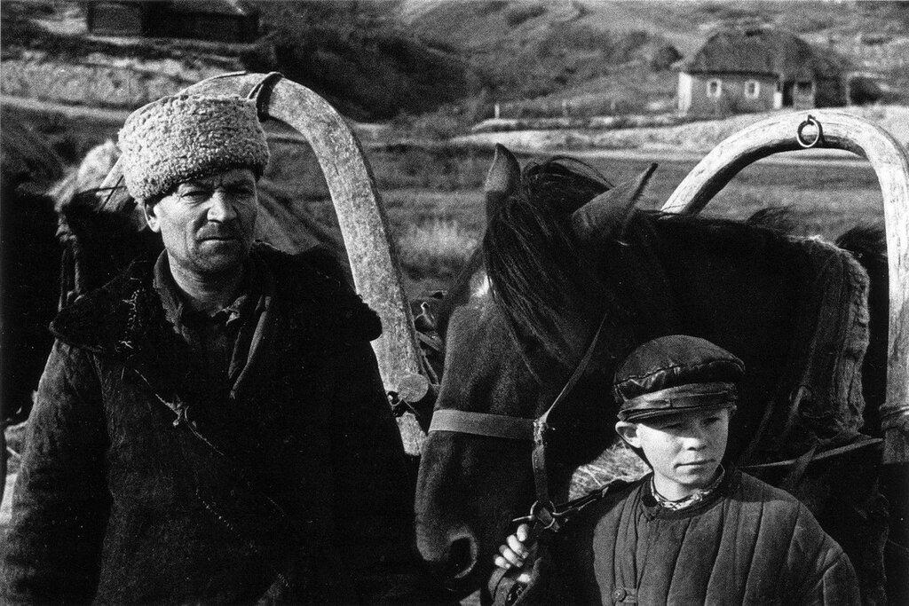 Советские партизаны — отец и сын. 1943 г.