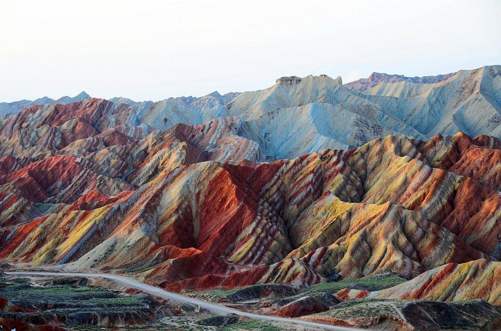 По разноцветным горам можно побродить, здесь есть специальные дорожки: