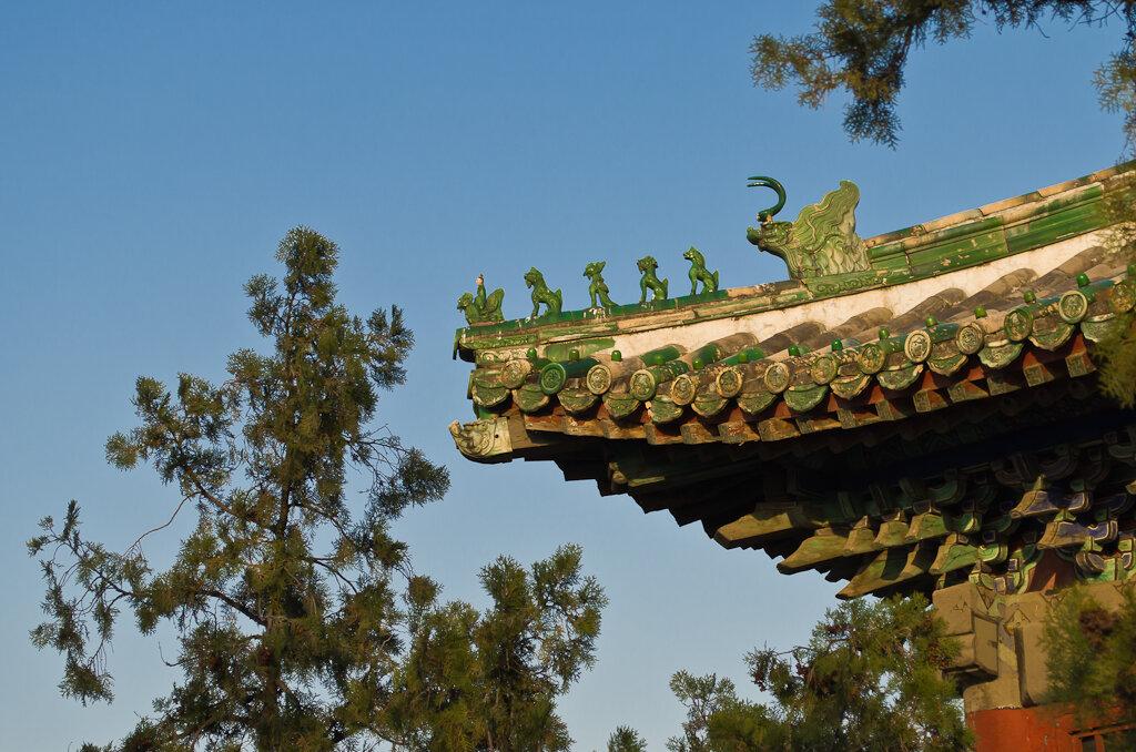 Фото. Достопримечательности Пекина. Каждая из фигурок на крышах зданий Летнего императорского дворца имеет свое название (феникс, суанньи, синши и т.п.). Прочитайте про них перед поездкой в Пекин. Будет интереснее. Все снимки в отчете сняты на камеру Nikon D5100 KIT 18-55.