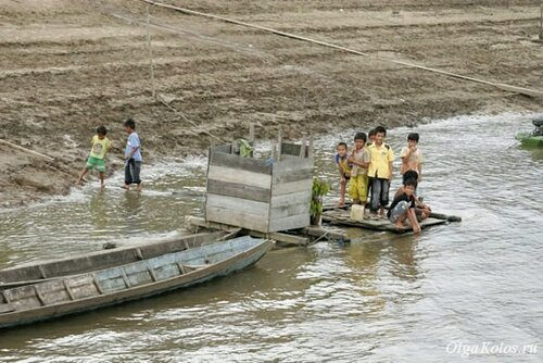 Дети у реки Махакам