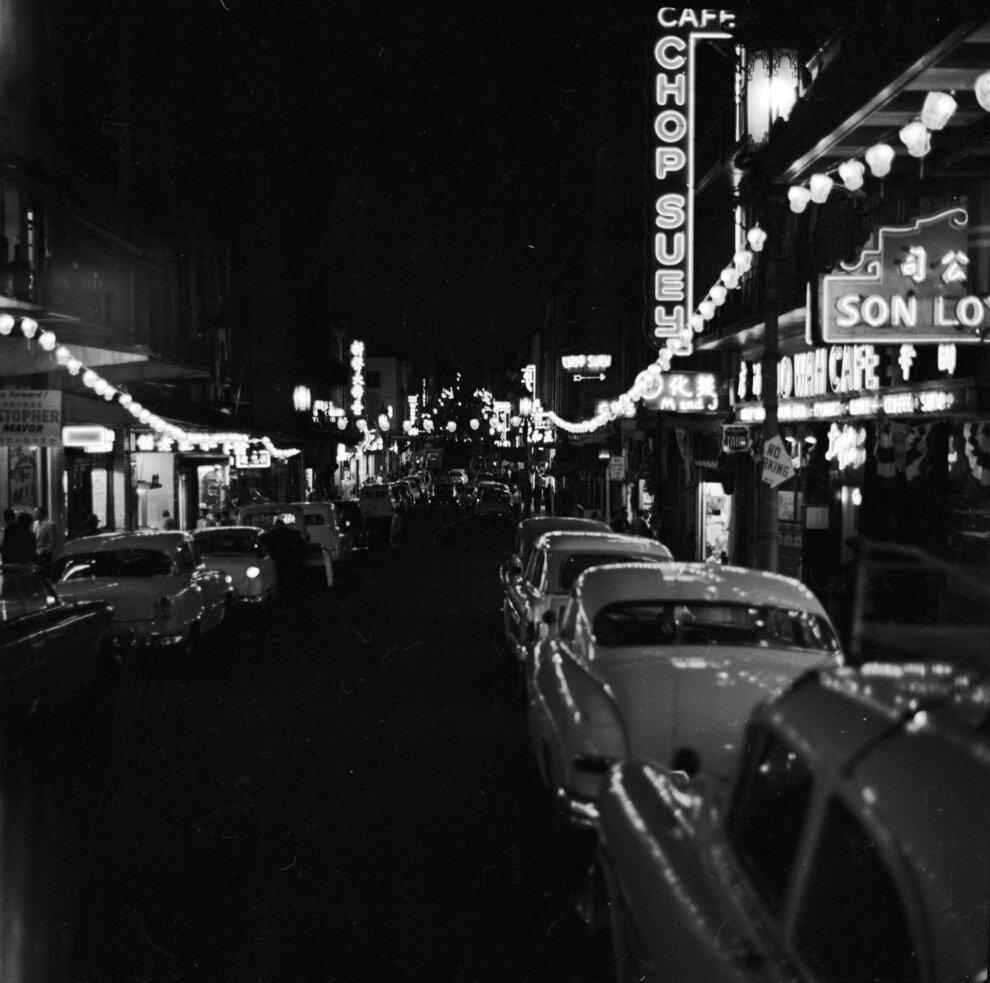 Горят неоновые огни и вывески ресторанов на Грант авеню