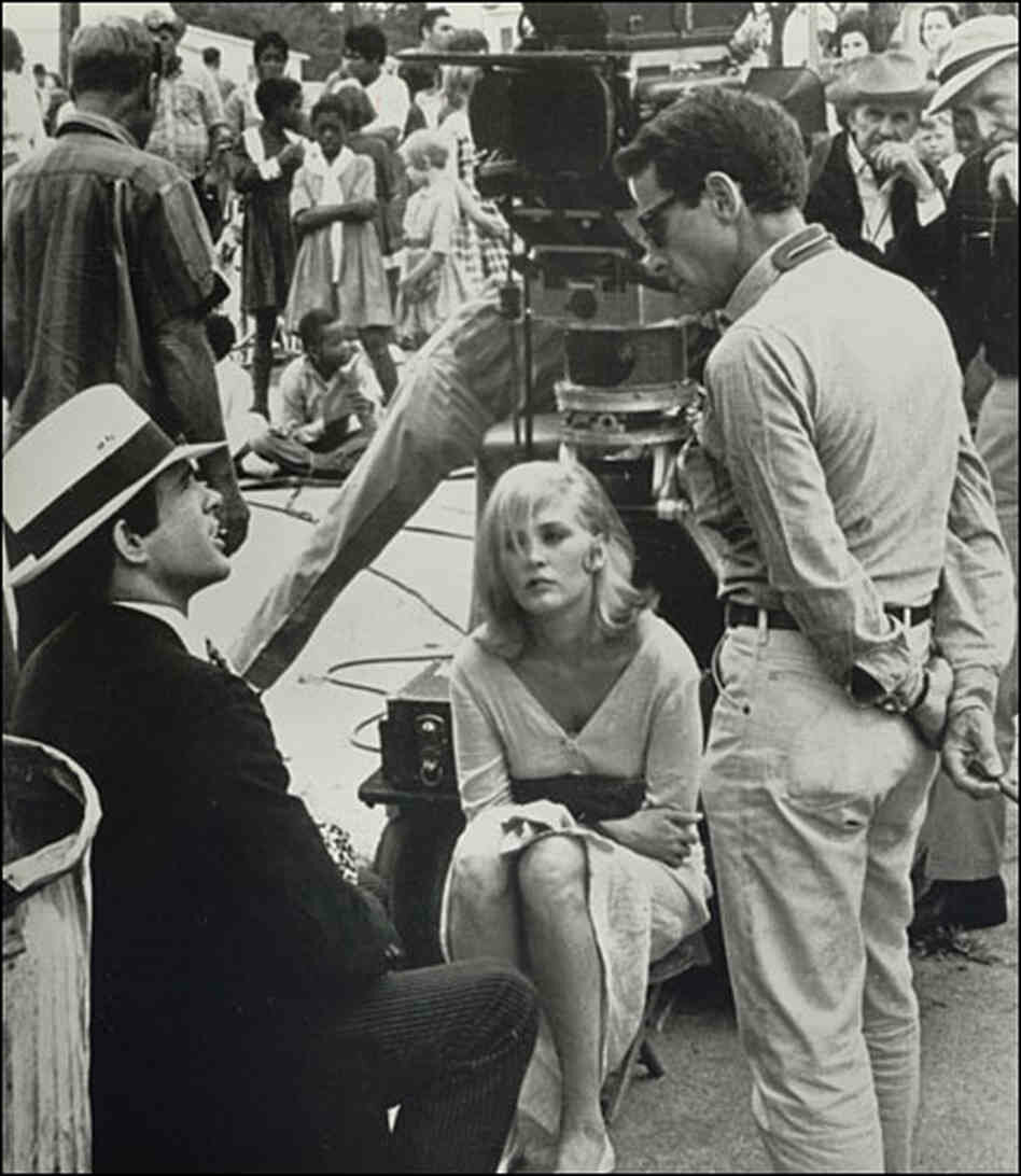 1967. Артур Пенн (справа) беседует с  Уорреном Битти и Фэй Данауэй между дублями на съемках «Бонни и Клайда»