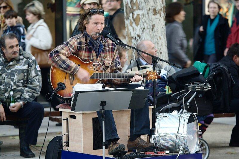 Уличный музыкант на Прагерштрассе