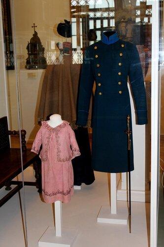 Парадный сюртук студента, мундирная шпага и костюм для девочки