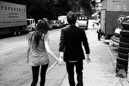 Фото девушка и парень идут держась за