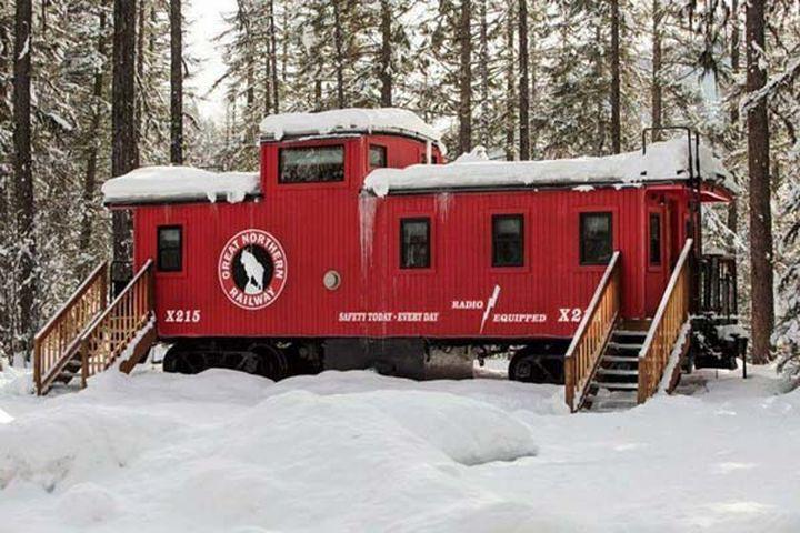 Переступив порог этого домика, можно одновременно побывать и в вагоне поезда.