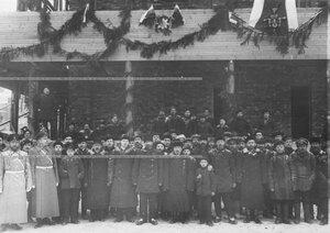 Группа рабочих у строящихся казарм полка .