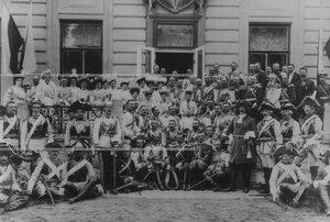 Император Николай II, вдовствующая императрица  Мария Федоровна, великая княгиня Ксения Александровна и великая княжна Ольга Александровна с офицерами полка.