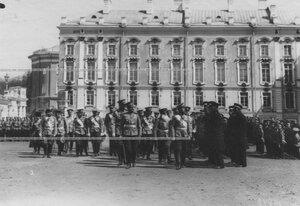 Император Николай II и командир полка генерал-майор Николай Михайлович Киселевский  с группой старших офицеров  обходят строй  ветеранов, прежде служивших в полку.