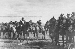 Высший офицерский состав приветствует императора Николая II .