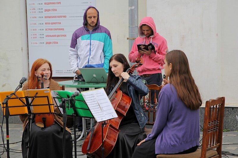 Вятский Арбат: девушка играет на виолончели