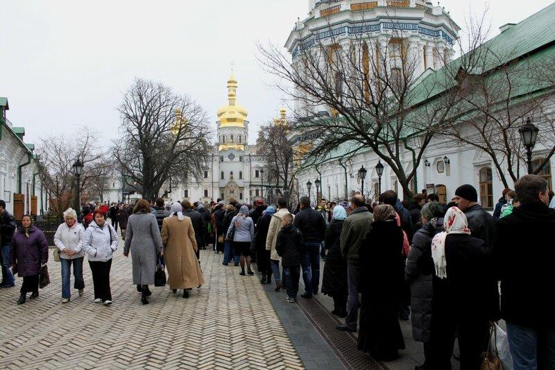 Очередь паломников на Соборной площади