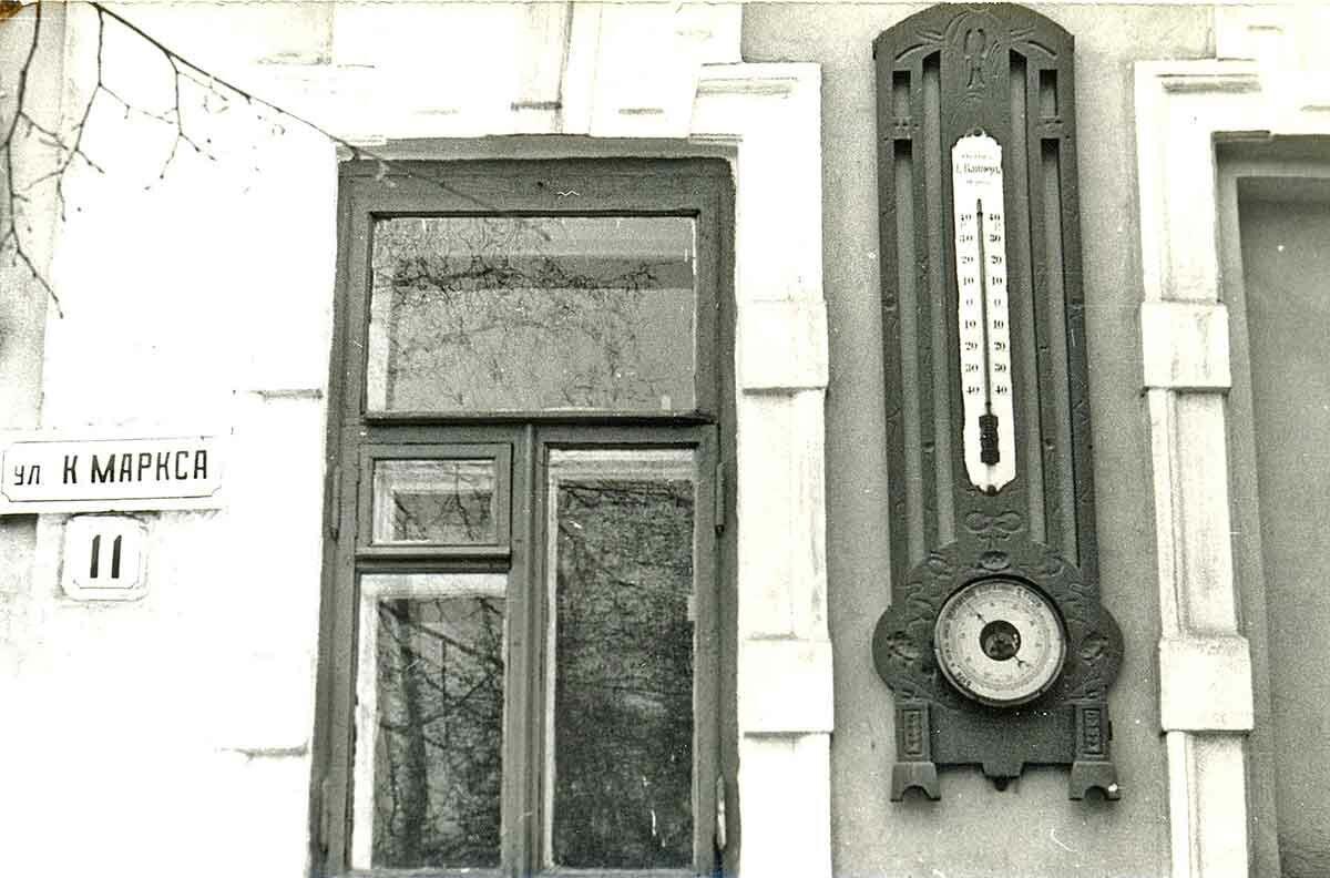 Термометр-барометр на фасаде здания по ул.К.Маркса,11