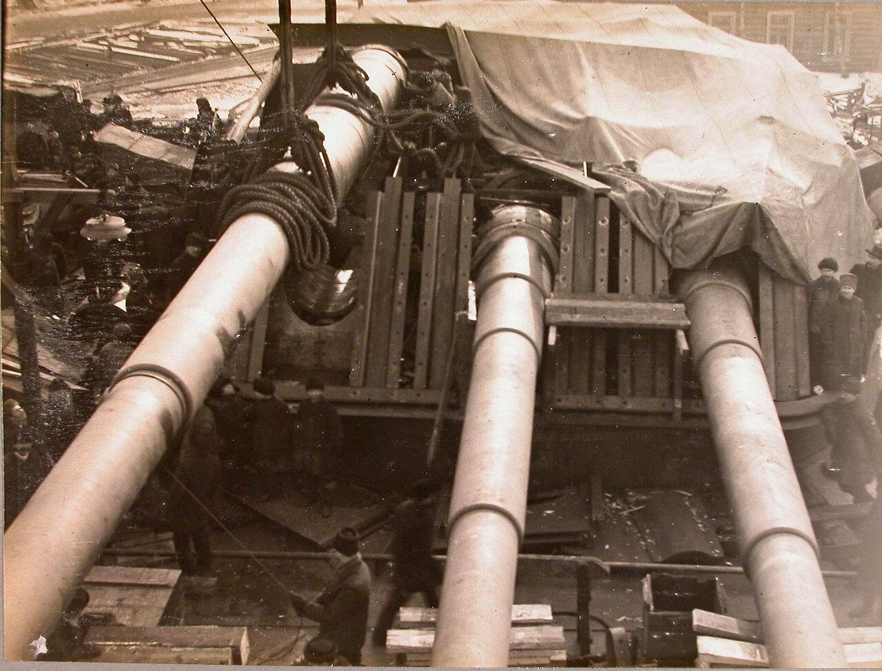 66. Установка 12-ти дюймового орудия в башню на линейный корабль «Полтава». зима 1914 г.