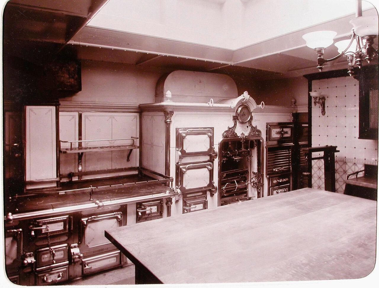 18.  Вид части камбуза, оборудованного на яхте «Штандарт»