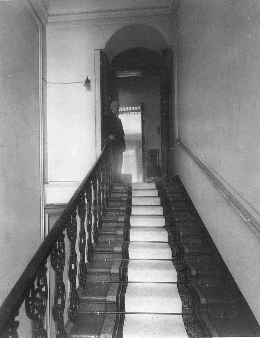 Лестница, ведущая в квартиру барона Икскуля