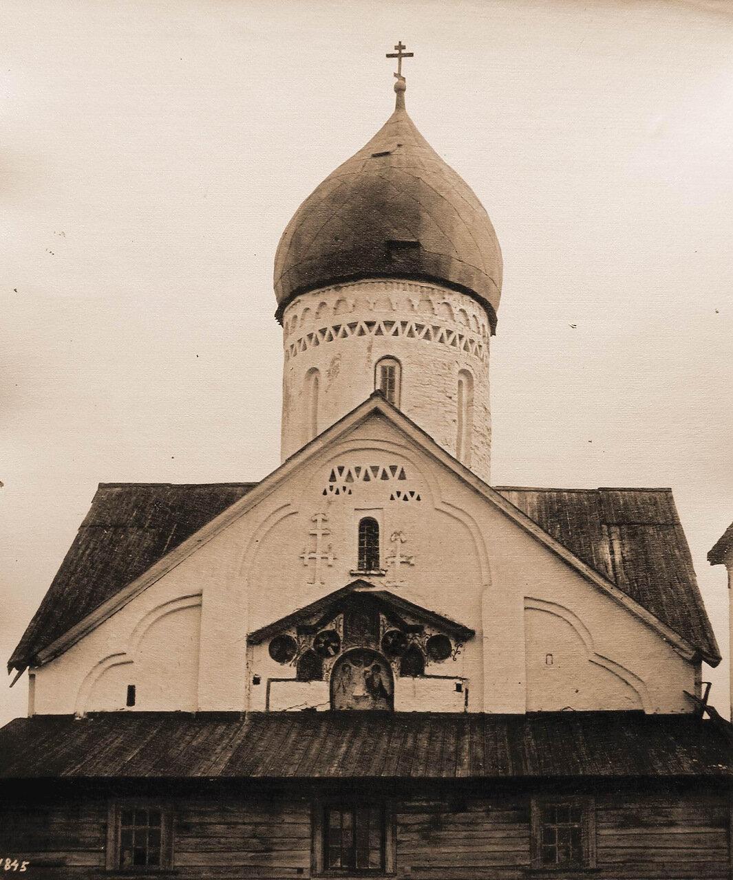 Вид купола с барабаном и часть западной стены церкви Петра и Павла