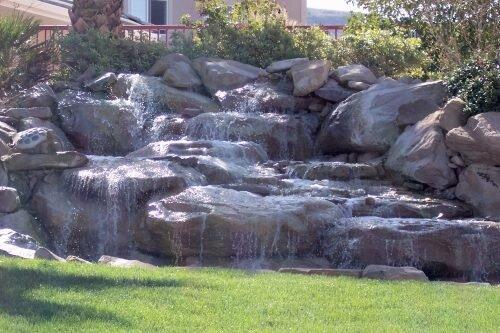 Искусственный водопад в саду