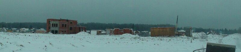Несколько строек в левой части посёлка